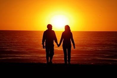 pareja-amanecer-en-la-playa-de-mar-de-las-pampas